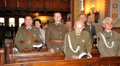 Por. Stefan Gośliński uczestniczył we mszy św. odprawionej w kościele w Bukowcu ku czci poległych żołnierzy z 16. Pułku Ułanów Wielkopolskich